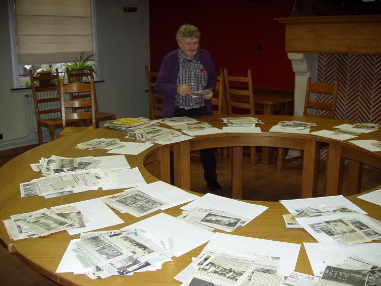 André klasseert de foto's, krantenartikels & allerlei andere documenten per onderwerp