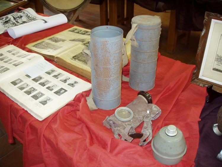 Guldenboek der Vuurkaart (1914-1918) en gasmasker met opbergkokers
